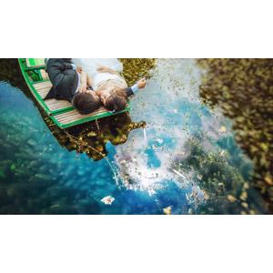 フリー写真, 人物, カップル, 花婿(新郎), 花嫁(新婦), ウェディングドレス, タキシード, 寝転ぶ, 二人, 人と乗り物, 手漕ぎボート, 船, 腕枕, 河川, ベトナム人