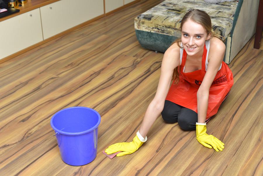 フリー写真 フローリングの床を掃除する女性
