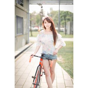 フリー写真, 人物, 女性, アジア人女性, 虹伶(00090), 中国人, ショートパンツ, ヘアリボン, 人と乗り物, 自転車, ロードバイク