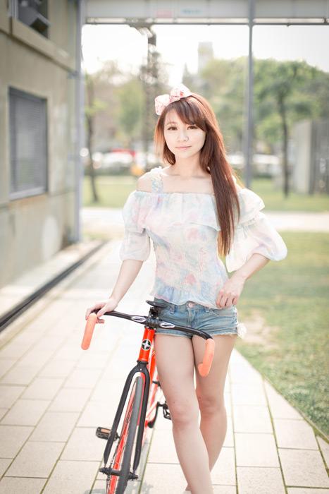 フリー写真 自転車とヘアリボンをした女性のポートレイト