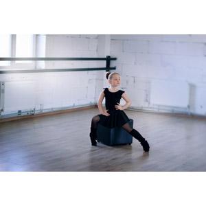 フリー写真, 人物, 子供, 女の子, 外国の女の子, 座る(椅子), 腰に手を当てる, 踊る(ダンス), バレリーナ