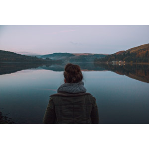 フリー写真, 人物, 女性, 外国人女性, 人と風景, 後ろ姿, 池, イギリスの風景