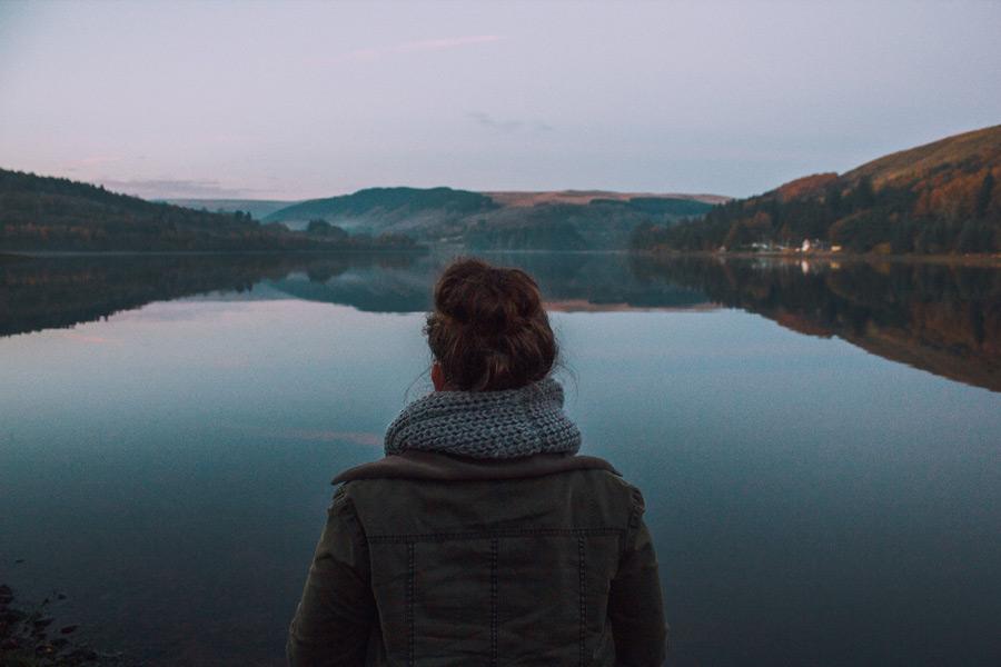 フリー写真 ポントスティキス貯水池を眺める女性の後ろ姿