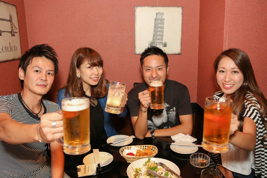 フリー写真 コンパで乾杯する男女のグループ