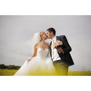 フリー写真, 人物, カップル, 花婿(新郎), 花嫁(新婦), 結婚式(ブライダル), 二人, タキシード, ウェディングドレス, 人と花, ブーケ