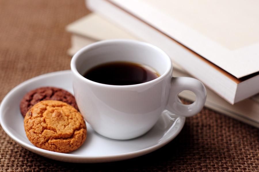 フリー写真 ホットコーヒーとクッキーと本