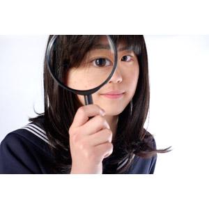 フリー写真, 人物, 少女, アジアの少女, 日本人, 少女(00048), 学生(生徒), 高校生, セーラー服(学生服), 学生服, 虫眼鏡(ルーペ), 観察する, 調べる