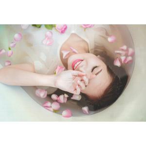フリー写真, 人物, 女性, アジア人女性, ベトナム人, 女性(00007), お風呂, 入浴, 浴室(バスタブ), 人と花, 薔薇(バラ), 目を閉じる