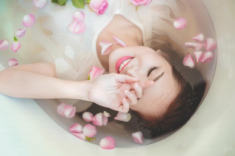 フリー写真 バラ風呂に入る女性のポートレイト