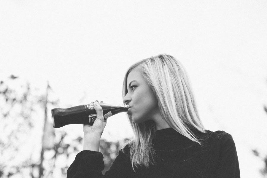 フリー写真 コーラを飲む外国人女性のポートレイト
