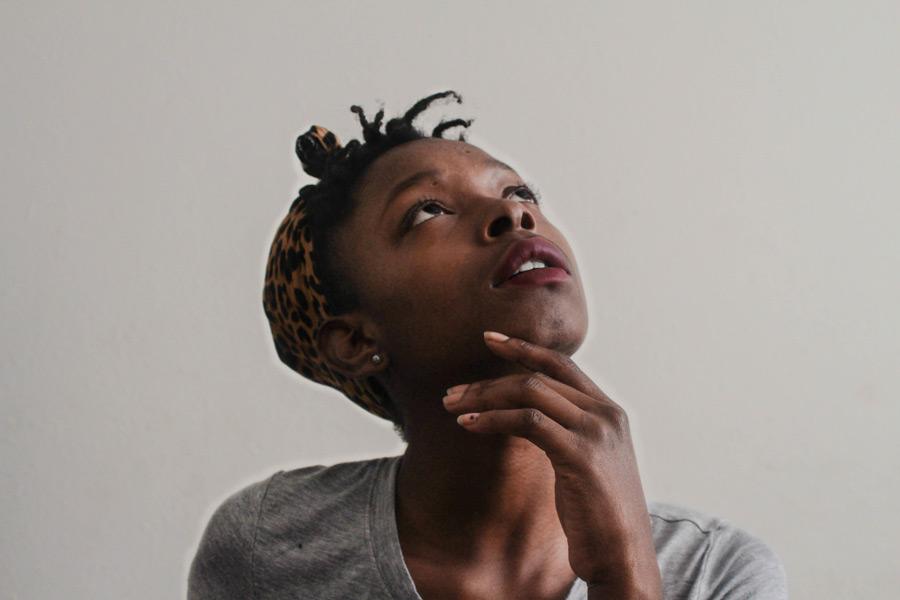 フリー写真 上を見上げる黒人女性のポートレイト