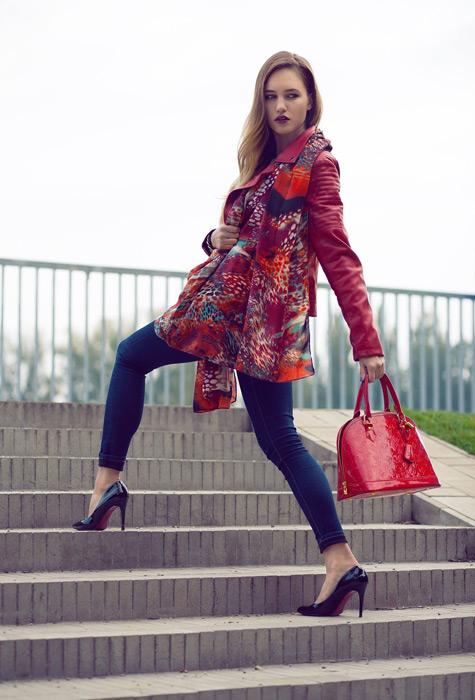フリー写真 ルイ・ヴィトンのアルマのバッグを持つ外国人女性
