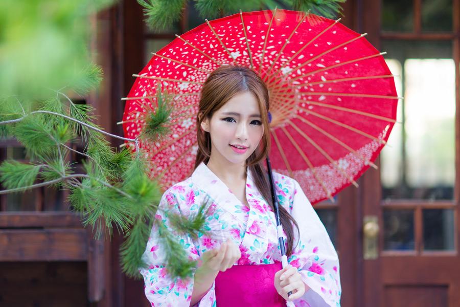 フリー写真 浴衣姿で和傘を差す女性
