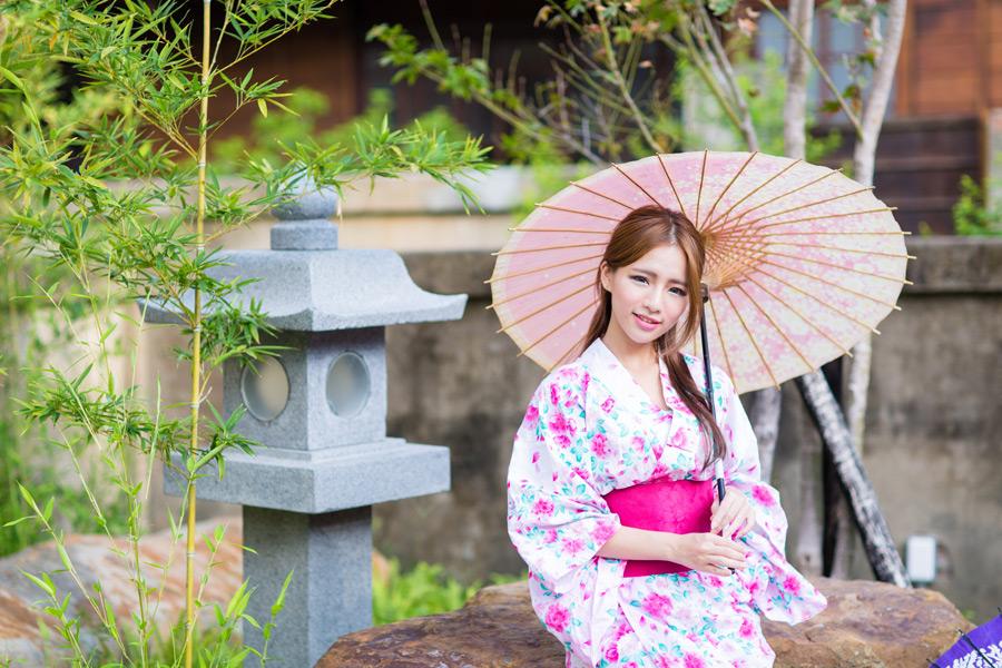 フリー写真 灯籠と浴衣姿で和傘を差す女性