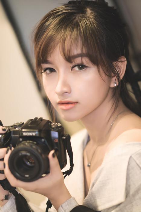 フリー写真 一眼レフカメラを持つ女性のポートレイト