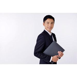 フリー写真, 人物, 男性, アジア人男性, 日本人, 男性(00016), 職業, 仕事, ビジネス, ビジネスマン, サラリーマン, 書類, 書類ファイル