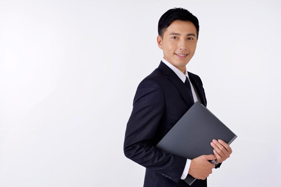 フリー写真 書類を抱えるビジネスマン