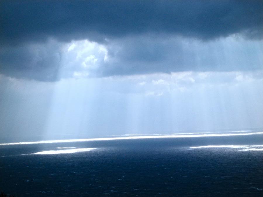フリー写真 雲の隙間から射し込む光の風景