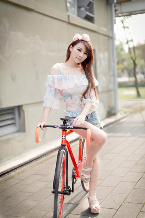 フリー写真 ロードバイクに腰掛ける女性