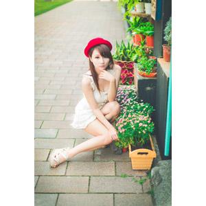 フリー写真, 人物, 女性, アジア人女性, 虹伶(00090), 中国人, 帽子, ボーラーハット, しゃがむ, 人と花, 顎に指を当てる