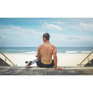 フリー写真, 人物, 男性, 外国人男性, 背中, 後ろ姿, スケートボード(スケボー), 海, ビーチ(砂浜), 座る(階段)