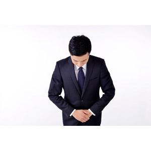 フリー写真, 人物, 男性, アジア人男性, 日本人, 男性(00016), 職業, 仕事, ビジネス, ビジネスマン, サラリーマン, 謝罪, 謝る(ゴメン), お辞儀, 頭を下げる, 挨拶, メンズスーツ