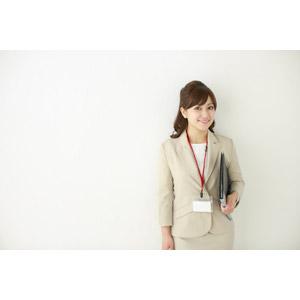 フリー写真, 人物, 女性, アジア人女性, 女性(00095), 職業, 仕事, ビジネスウーマン, OL(オフィスレディ), レディーススーツ, 社員証, 書類ファイル