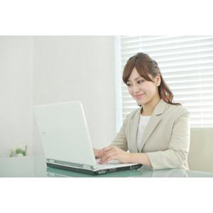 フリー写真, 人物, 女性, アジア人女性, 女性(00095), 職業, 仕事, ビジネスウーマン, OL(オフィスレディ), レディーススーツ, 家電機器, パソコン(PC), ノートパソコン, デスクワーク