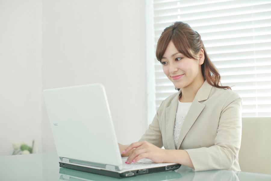 フリー写真 ノートパソコンを利用中のビジネスウーマン