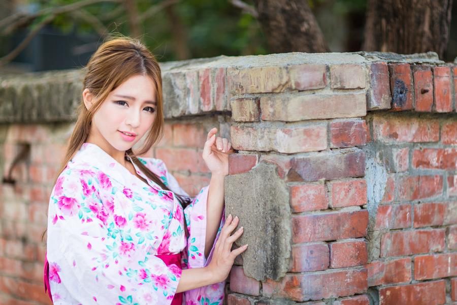 フリー写真 レンガ造りの塀と浴衣姿の女性ポートレイト