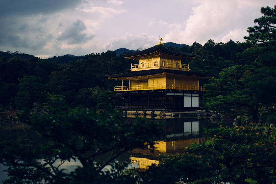 フリー写真 曇り空の金閣寺