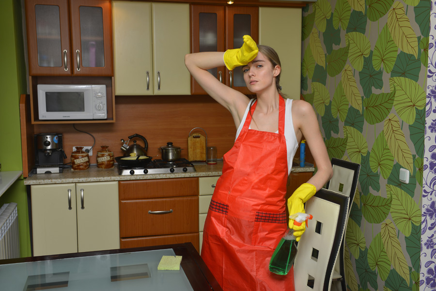 フリー写真 汗を拭う掃除中の外国人女性