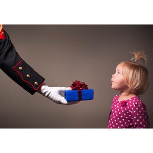 フリー写真, 人物, 子供, 女の子, 外国の女の子, 横顔, プレゼント, 差し出す, 人体, 手, 腕