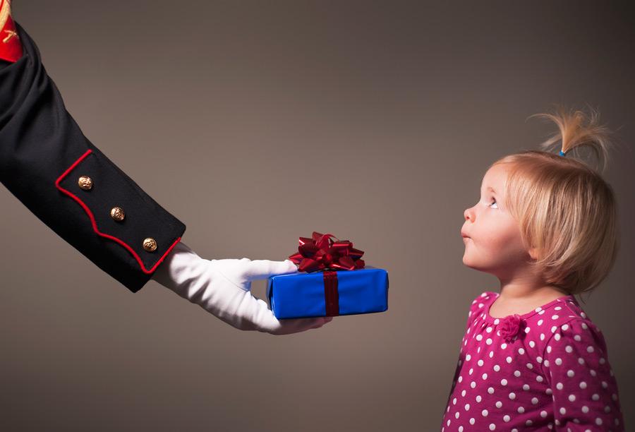 フリー写真 プレゼントを手渡される女の子