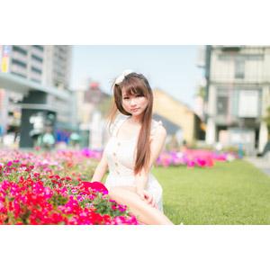 フリー写真, 人物, 女性, アジア人女性, 虹伶(00090), 中国人, 座る(地面), 人と花