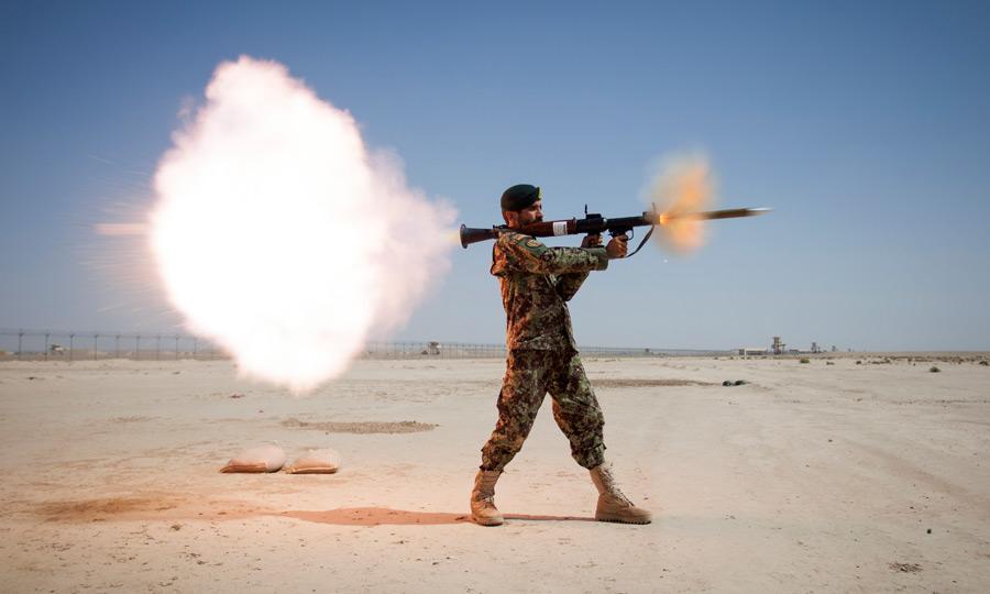 フリー写真 RPG-7ロケット弾を撃つアフガン軍の兵士