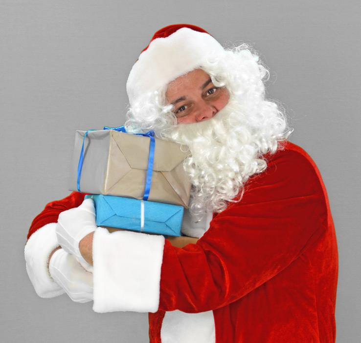 フリー写真 クリスマスプレゼントを抱えるサンタ