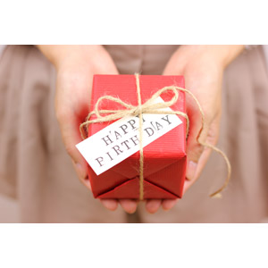 フリー写真, 人体, 手, プレゼント, プレゼント箱, 誕生日(バースデー), ハッピーバースデー