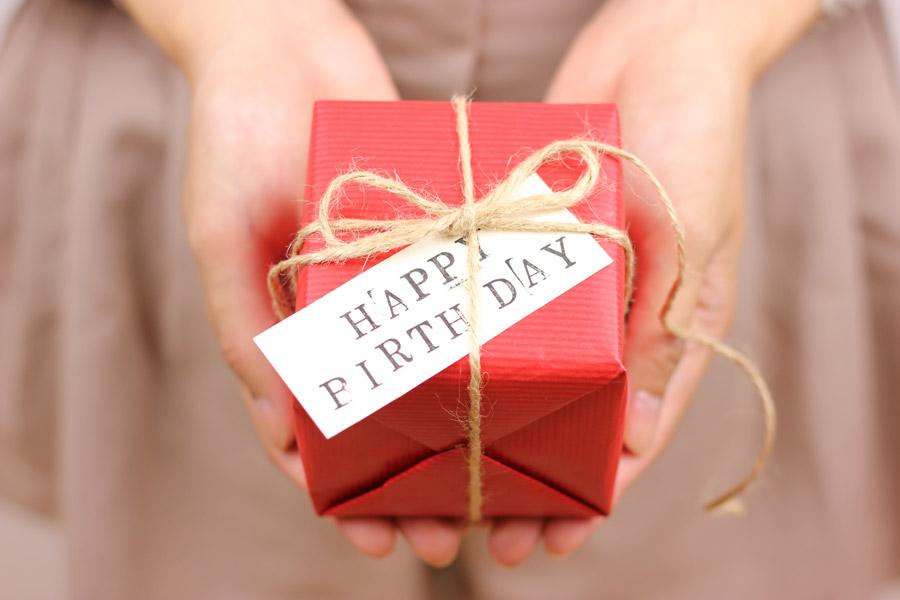 フリー写真 誕生日プレゼントを渡す女性の手元