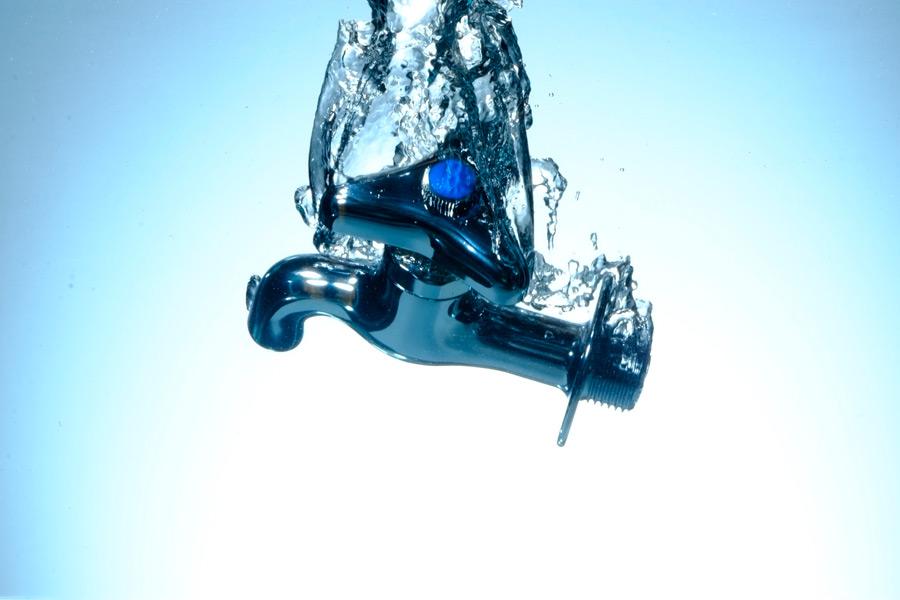 フリー写真 水の中の水道の蛇口