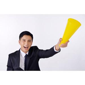 フリー写真, 人物, 男性, アジア人男性, 日本人, 男性(00016), 職業, 仕事, ビジネス, ビジネスマン, サラリーマン, メンズスーツ, 応援する, メガホン(拡声器)