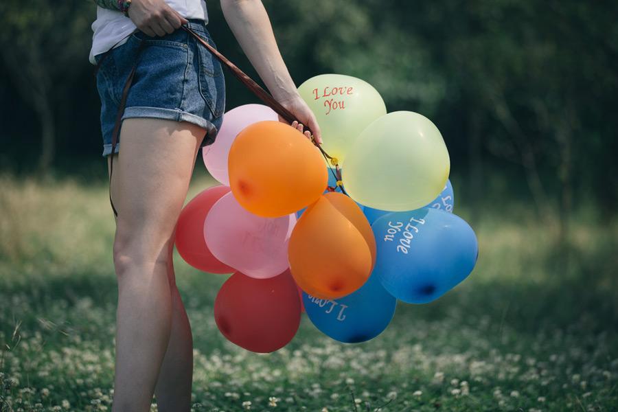 フリー写真 風船と女性の脚
