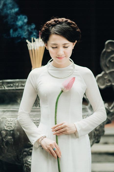 フリー写真 蕾の蓮を持って目を閉じる女性
