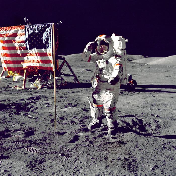 フリー写真 月面に立てた星条旗と宇宙飛行士