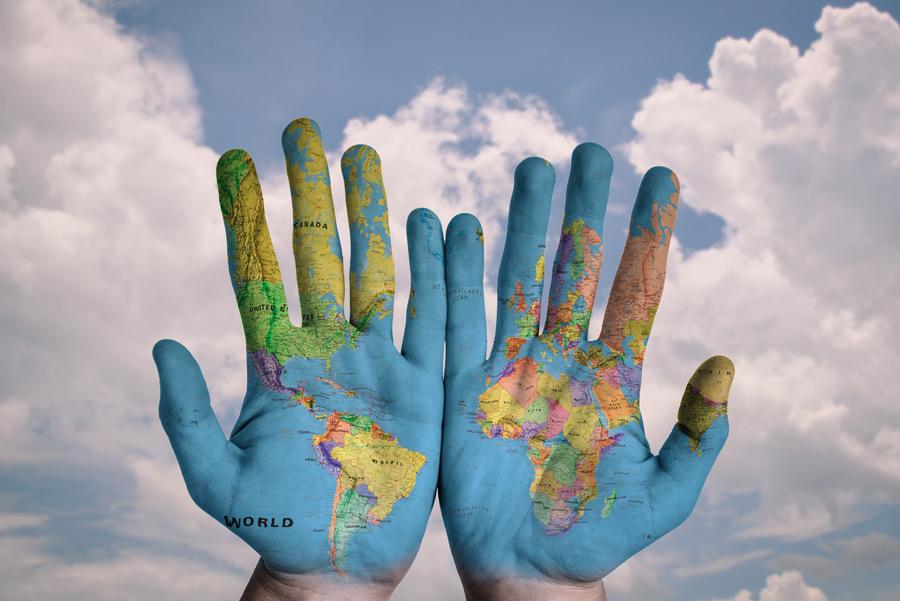 フリー写真 手に描かれた世界地図