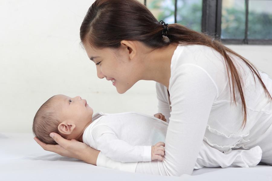 フリー写真 赤ちゃんをあやす母親