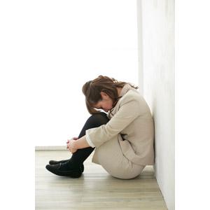 フリー写真, 人物, 女性, アジア人女性, 女性(00095), 日本人, 職業, 仕事, ビジネスウーマン, OL(オフィスレディ), レディーススーツ, うずくまる, 落ち込む(落胆), 失望(絶望), 座る(床), 膝を抱える, 失敗