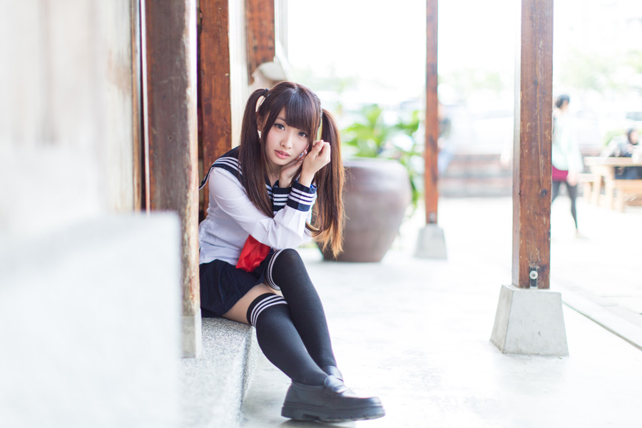 フリー写真 お寺の境内に座る女子高生のポートレイト