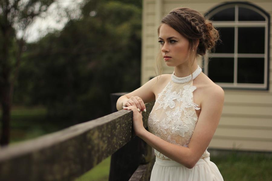フリー写真 ドレス姿で柵に手をかけるオーストラリア人女性