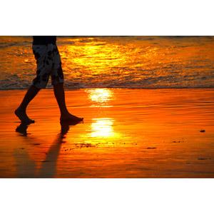 フリー写真, 人と風景, 人体, 脚, 足, ビーチ(砂浜), 海, 夕暮れ(夕方), 夕焼け